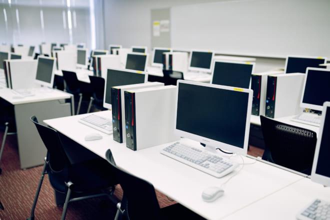 経済学の修得にあたって、情報処理の機器操作も重視している